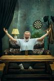 Ganador Manos móviles abrumadas del hombre alegre mientras que celebra la victoria fotos de archivo