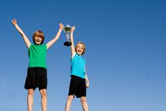 Ganadores con la taza o el trofeo imagen de archivo libre de regalías