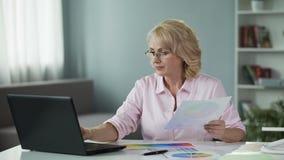 Ganancia del freelancer de la mujer creando las soluciones del diseño para los clientes en línea, trabajo metrajes