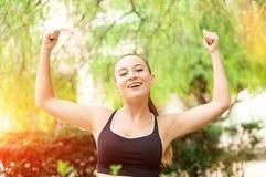 Ganando, concepto del éxito Hermosa, la muchacha del deporte de la aptitud disfruta en la victoria, aumenta sus manos para arriba Imágenes de archivo libres de regalías