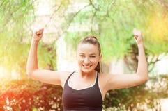 Ganando, concepto del éxito Hermosa, la muchacha del deporte de la aptitud disfruta en la victoria, aumenta sus manos para arriba Foto de archivo libre de regalías
