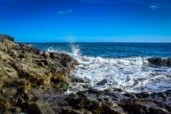 Ganaria del gran de las ondas con rocas y un hombre de la pesca Fotografía de archivo libre de regalías