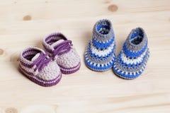 Ganchillo de los botines del bebé en fondo de madera Fotos de archivo libres de regalías