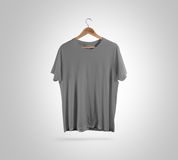 Gancho cinzento vazio da parte dianteira do t-shirt, modelo do projeto, trajeto de grampeamento foto de stock