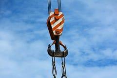 Gancho de la grúa con el fondo del cielo azul Foto de archivo libre de regalías