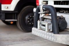 Gancho de la remolque de un coche de bomberos grande Es una herramienta del remolque de la emergencia a ayudar Imágenes de archivo libres de regalías