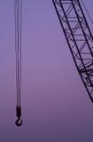Gancho de leva y estructura de la grúa de construcción en la oscuridad o Foto de archivo libre de regalías