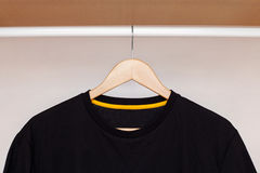 Gancho de madeira com camisa Imagem de Stock Royalty Free