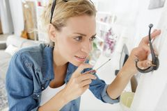 Gancho de parafusamento do revestimento da mulher a murar imagens de stock royalty free