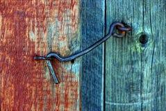Gancho do ferro em uma porta de madeira imagem de stock royalty free
