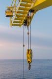 Gancho do guindaste na plataforma a pouca distância do mar Fotos de Stock