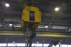 Gancho industrial metálico para levantar a coisa pesada na fábrica fotografia de stock royalty free
