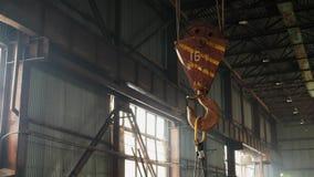 Gancho oxidado pesado en un balanceo de la planta almacen de video
