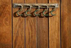 Gancho rural sobre a parede de madeira, estábulos do cavalo Foto de Stock