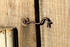Gancho viejo en la puerta Foto de archivo libre de regalías