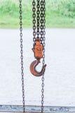 Gancho y cadena anaranjados viejos Imagen de archivo