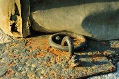 Gancho y cadena en el hormigón Fotos de archivo