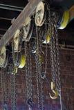 Gancho y cadenas industriales del almacén fotografía de archivo libre de regalías