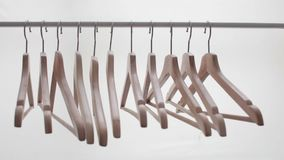 Ganchos brilhantes de madeira para o revestimento e o vestido na cremalheira vídeos de arquivo
