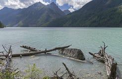 Ganchos cerca de la orilla Lago Kucherla Montañas de Altai, Rusia Fotografía de archivo