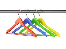 Ganchos coloridos no trilho da roupa Foto de Stock Royalty Free