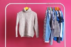 Ganchos com roupa colorida imagens de stock