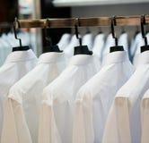 Ganchos de pano com camisas Imagem de Stock