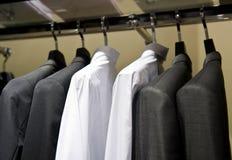 Ganchos de pano com camisas Imagem de Stock Royalty Free