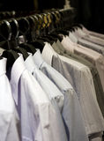 Ganchos de pano com camisas Fotos de Stock Royalty Free