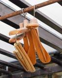 Ganchos de revestimento de madeira na cremalheira rústica da roupa foto de stock