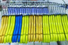 Ganchos de roupa de madeira coloridos em uma janela da loja imagem de stock royalty free