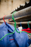 Ganchos de roupa velhos na luz solar Fotos de Stock