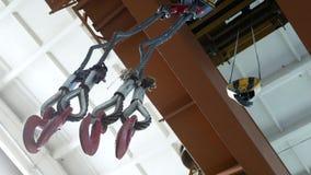 Ganchos do metal do guindaste da carga Trabalho no armazém do metal, transporte dos produtos filme