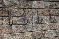 Ganchos na parede de tijolo Fotografia de Stock Royalty Free