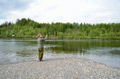 Ganchos Salmon da atração da limpeza do pescador para restos da parte inferior de rio Imagem de Stock