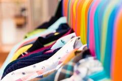 Ganci colorati con l'abbigliamento del ` s dei bambini immagini stock