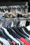 Ganci dell'abbigliamento su uno scaffale Immagine Stock Libera da Diritti