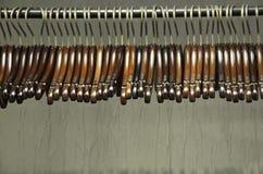 Ganci di legno scuri su uno scaffale Fotografia Stock Libera da Diritti