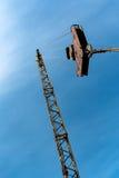 Gancio della gru di costruzione sul fondo del cielo blu Fotografia Stock