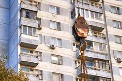 Gancio della gru di onstruction del ¡ di Ð contro la casa di abitazione a Mosca Immagine Stock Libera da Diritti