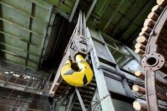 Gancio della gru nella vecchia miniera di carbone abbandonata Immagini Stock
