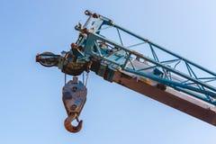 Gancio della gru sul cielo blu Fotografia Stock Libera da Diritti