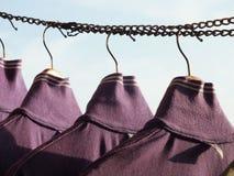 Gancio di cappotto e giorno della lavanderia fotografia stock libera da diritti