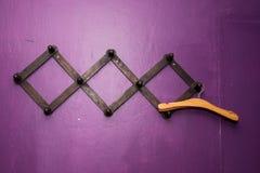 Gancio di legno sulla parete viola Immagini Stock Libere da Diritti