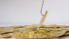 Gancio di pesca preso contanti di Bitcoin dal mucchio dell'oro archivi video