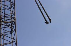 Gancio e macchina di sollevamento dell'asta ad un cantiere sul fondo del cielo Fotografie Stock Libere da Diritti