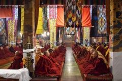 GANDEN, HET AUTONOME GEBIED VAN TIBET - CIRCA MEI 2018: Tibetaanse monniken die meditatie binnen Ganden-Klooster uitoefenen royalty-vrije stock afbeelding
