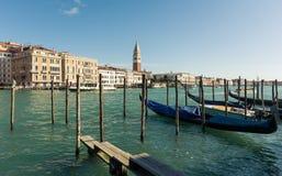 Gandola ждать всадника на заливе Венеции Стоковое фото RF