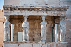 Ganeczek kariatydy na akropolu Ateny. Obraz Stock