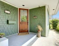 Ganek frontowy i drzwi zielony dom Zdjęcie Royalty Free